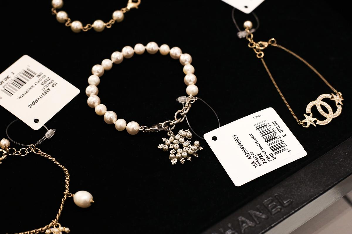 bizuteria-Zakupy w butiku Chanel, butik Chanel Londyn, Biżuteria Chanel