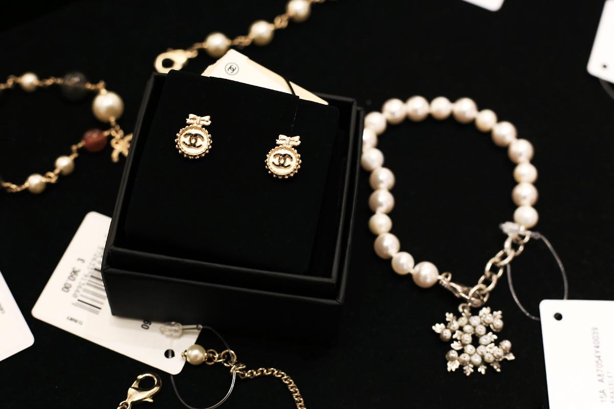 Zakupy w butiku Chanel, butik Chanel Londyn, Kolczyki Chanel
